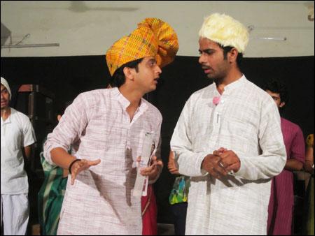race meaning in marathi